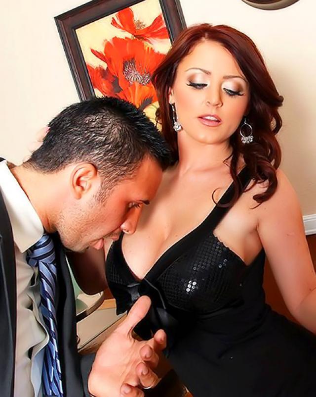 Женщина в нижнем белье радует мужа анальным сексом