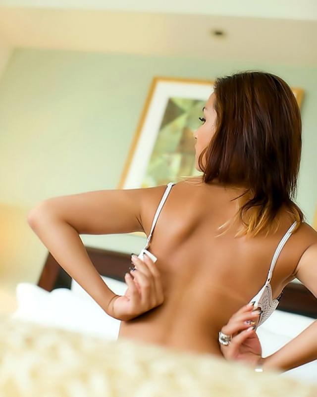 Молодая модель в нижнем белье эротично раздевается