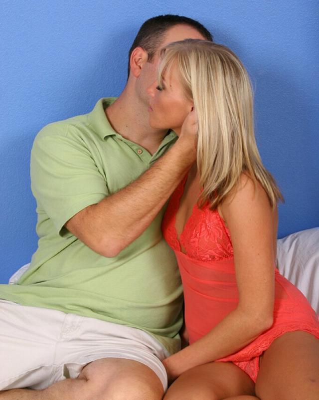 Мужик жестко трахает ненаглядную блондинку на кровати