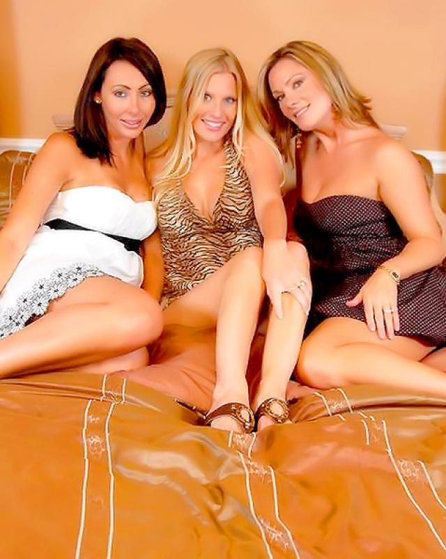 Три мамочки занимаются групповушкой с секс игрушками в спальне