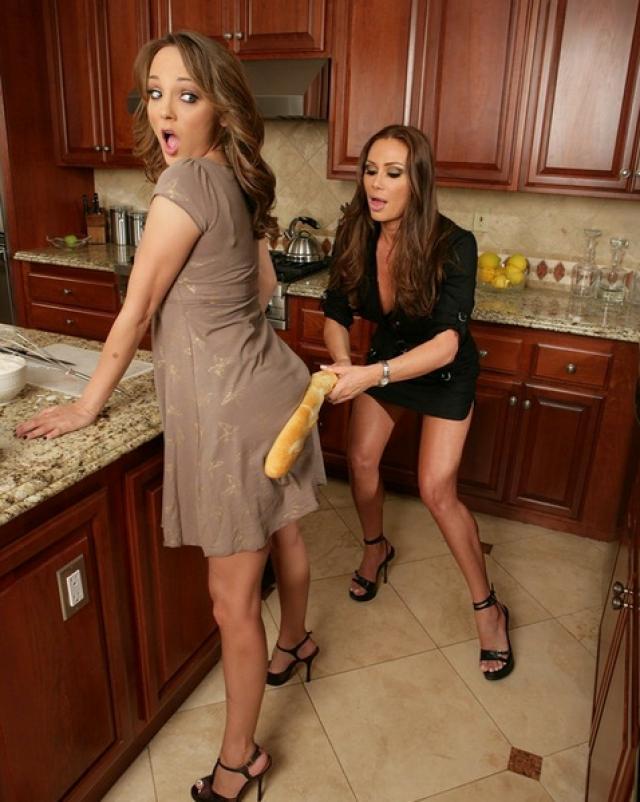 Лесбийский секс на кухонном столе