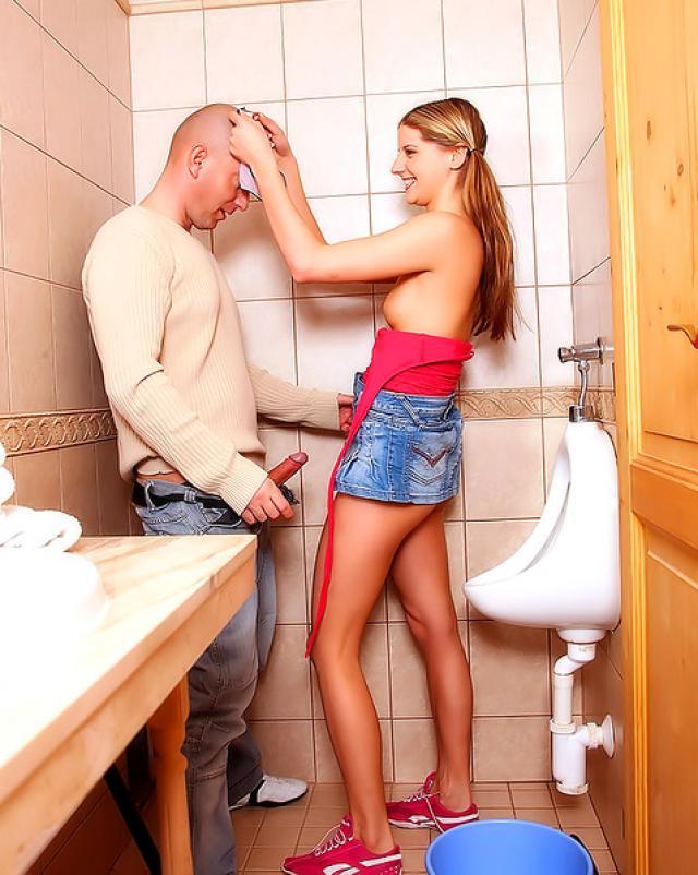 Парень жестко насаживает подружку на член в ванной комнате