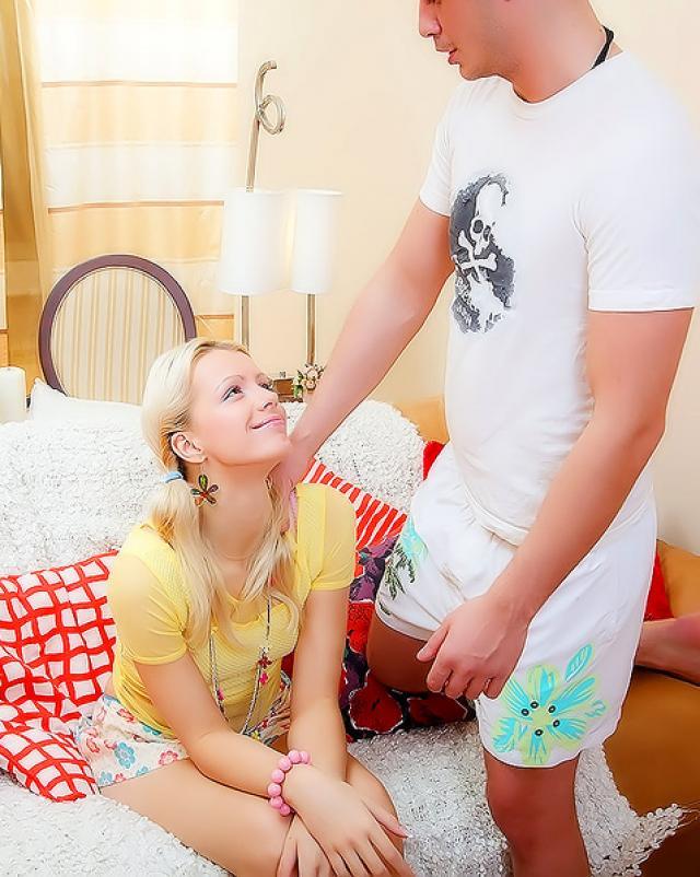 Лысый любовник тотально вылизал голую блондинку перед жесткой поркой