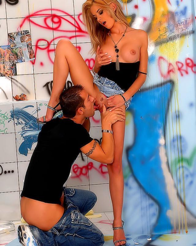 Фото жесткого секса со сладкой блондинкой в юбке