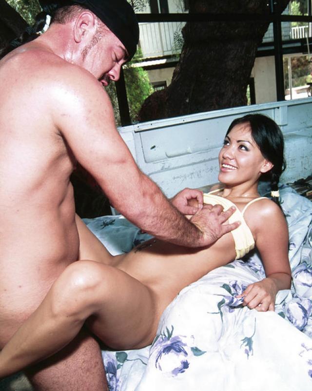Симпатичная девка с косичками захотела жесткого секса со взрослым мужчиной
