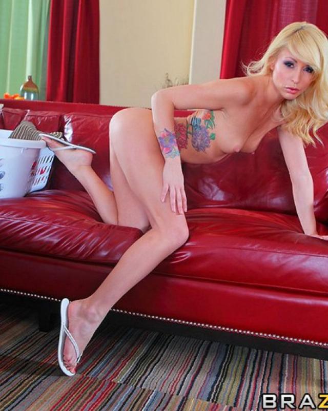 Блондинка в татуировках любит грубо покорять хуй