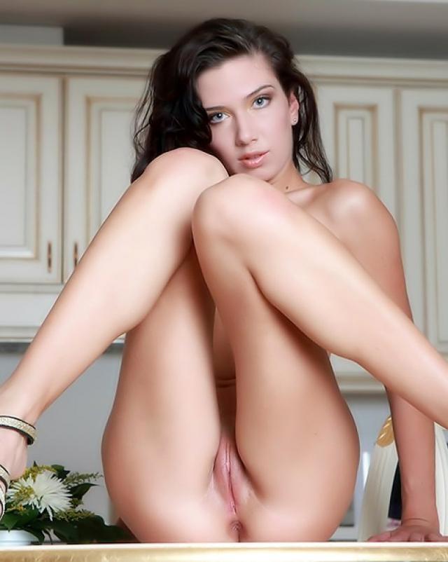 Худая девушка грациозно разделась до сисек на кухоньке