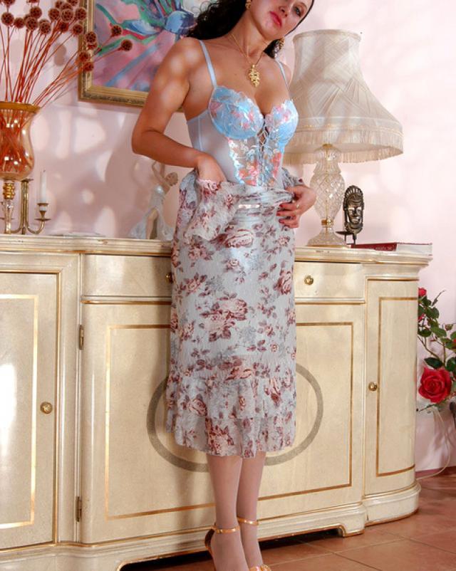 Зрелая дамочка предалась разврату в эротичном нижнем белье