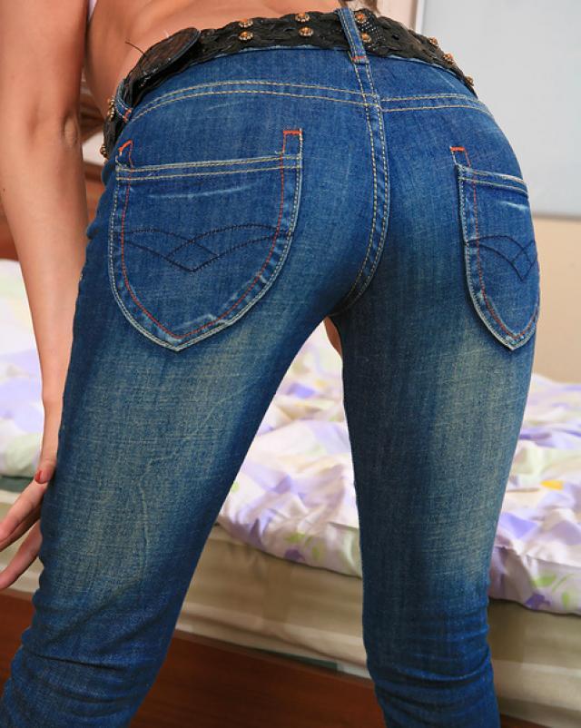 Грациозная брюнетка скинула джинсы для показа белья