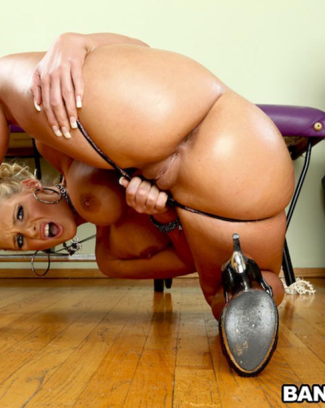 Шикарная Феникс Мари радует глаз своими сексуальными трусиками