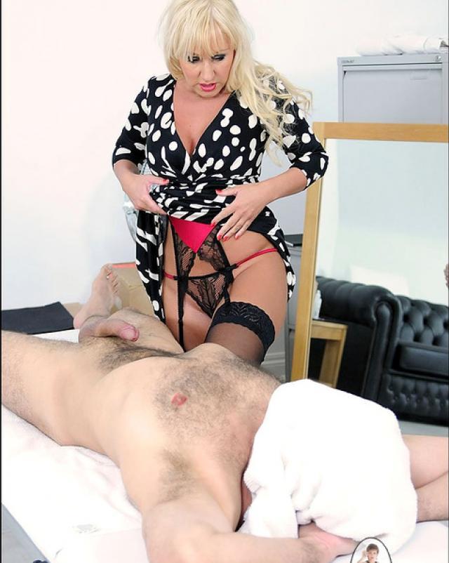 Старая массажистка удовлетворяет клиента