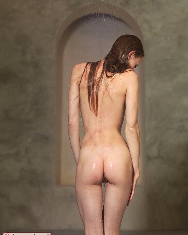 Рыжая девка с маленькими сиськами позирует в душе