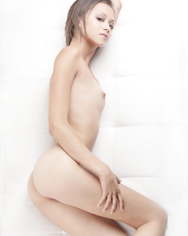 Эротичная девушка с хрупким телом показала свое влагалище