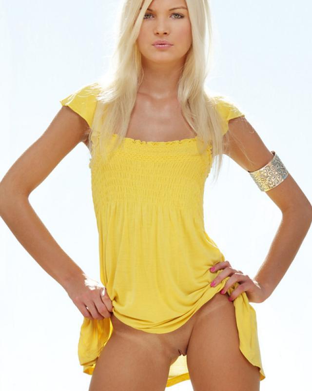 Фото эротика с горячей блондинкой у танцевального шеста