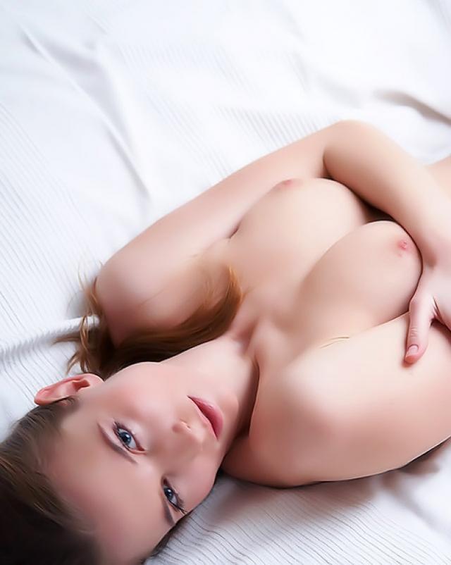 Впечатлительная красавица позирует обнаженной в пентхаусе