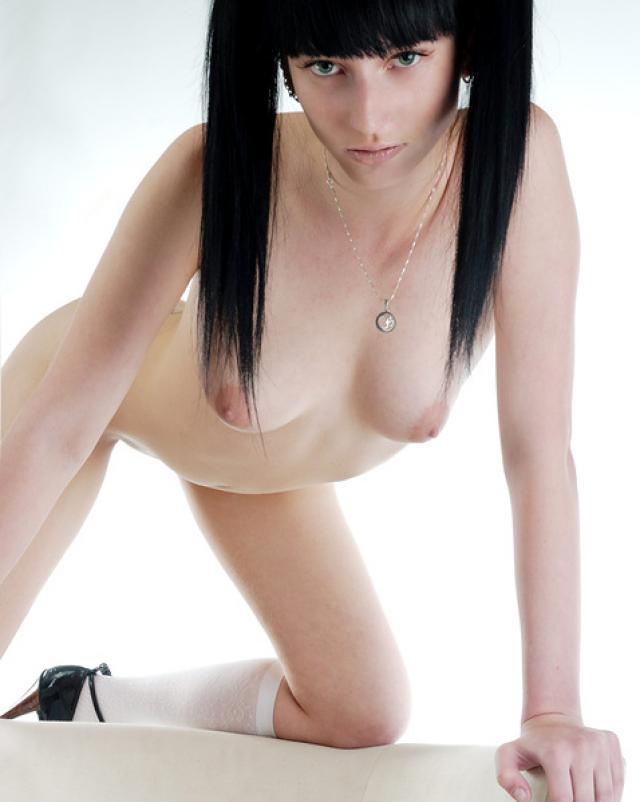 Очень сексуальная брюнетка хвастает натуральной грудью