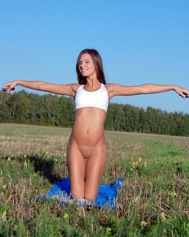 Голая девчонка с бритой дырой эротично снялась на природе