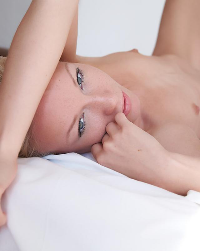 Стройная блондинка юной зрелости эротично разделась