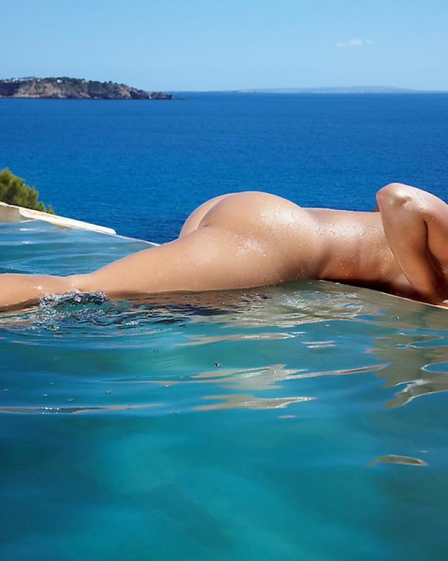 Эротика блоединки в бассейне на берегу моря