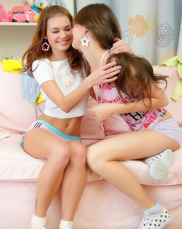 Русские лесбиянки ебутся со страпоном на диване