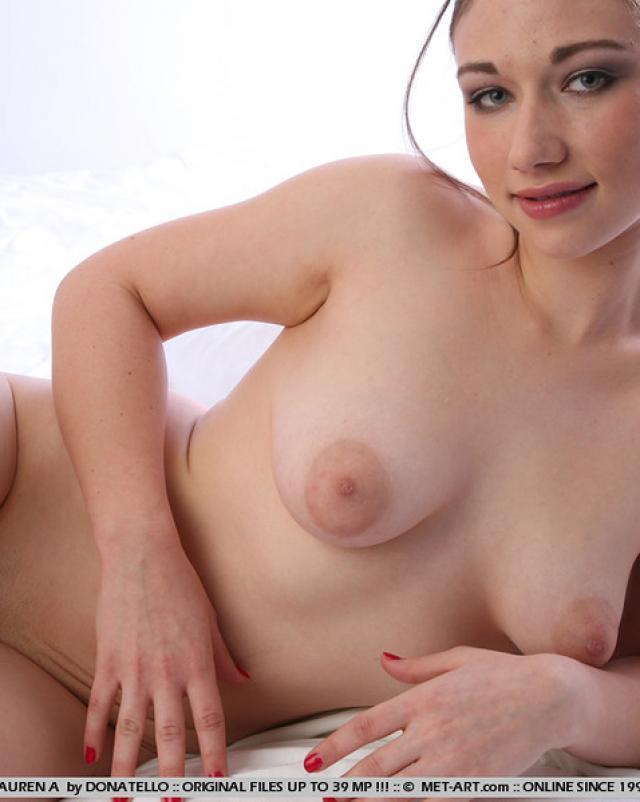 Брюнетка с пухлой грудью снимает эротику на белой простыне