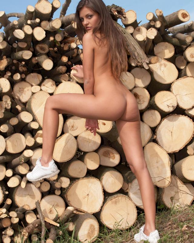 Горячая девушка в белых трусиках вольно гуляет в горной местности