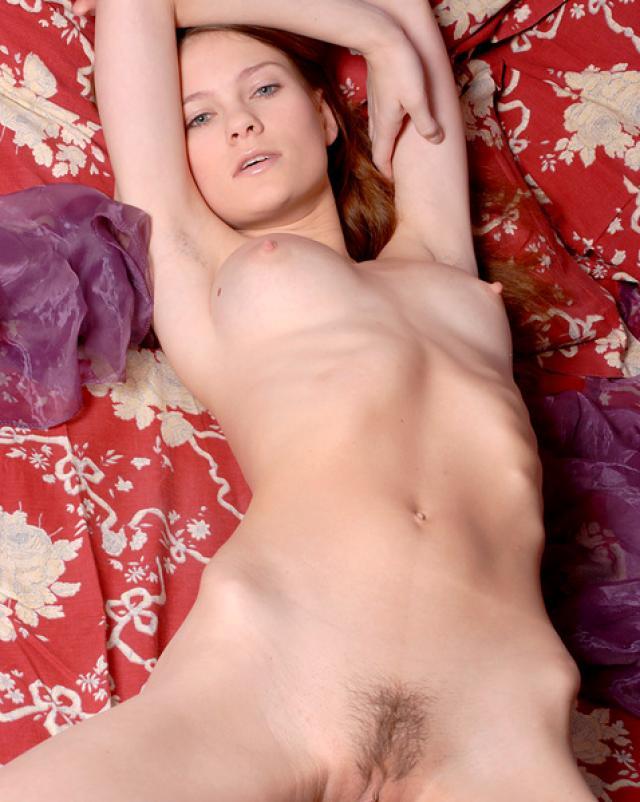Голубоглазая телочка снялась в фото эротике за деньги