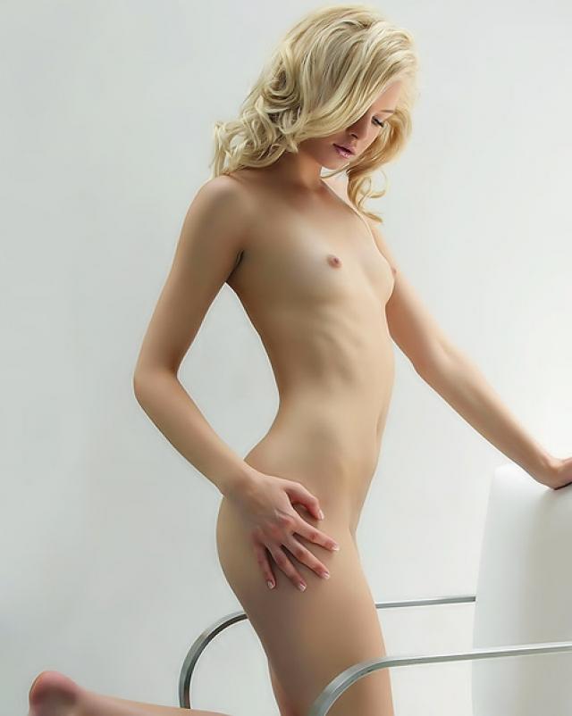 Голая блондинка стильно показывает попку