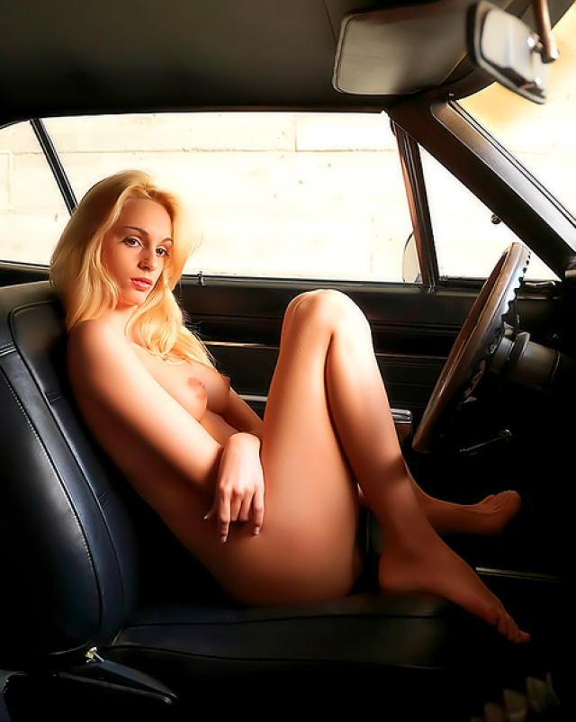 Блондинка с татуировкой ласкает себя в машине