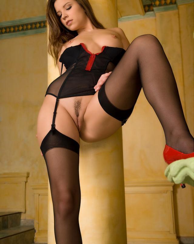 Гламурная девушка эротично примеряет новое нижнее белье