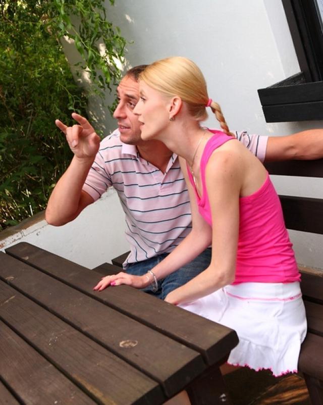 Мужик лижет клитор худощавой блондинки перед сексом