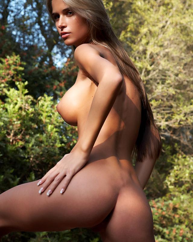 Худая брюнетка с большими сиськами интимно гуляет в горах