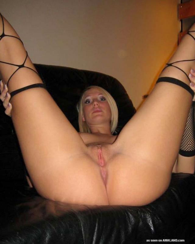 Мастурбация блондинки в чулочках на кожаном диванчике