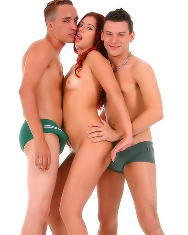 Стройная шалава участвует в оргии бисексуалов