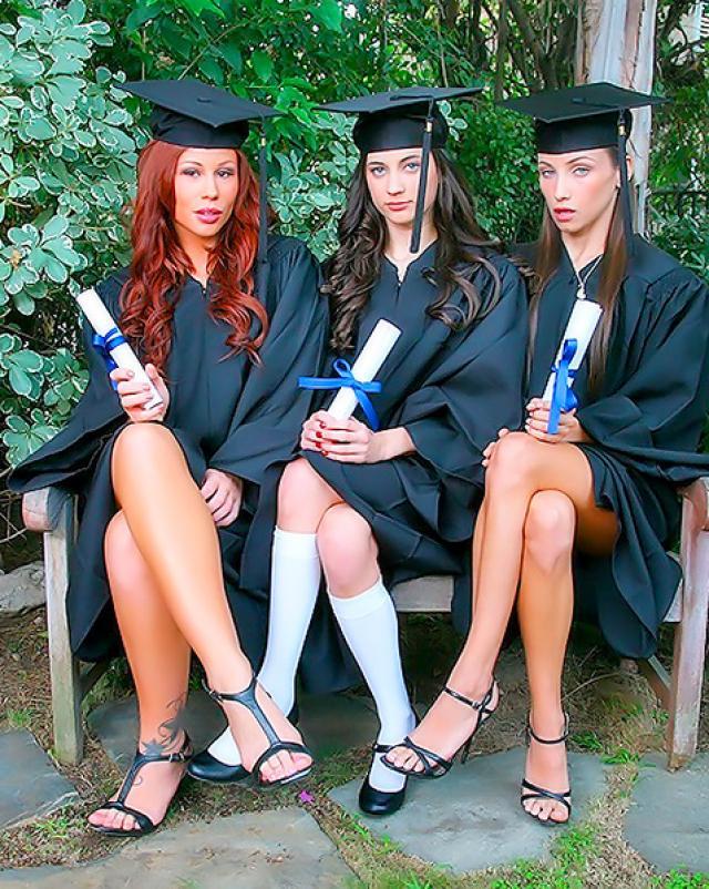 Молоденькие студентки отмечают выпускной лесбийской групповухой