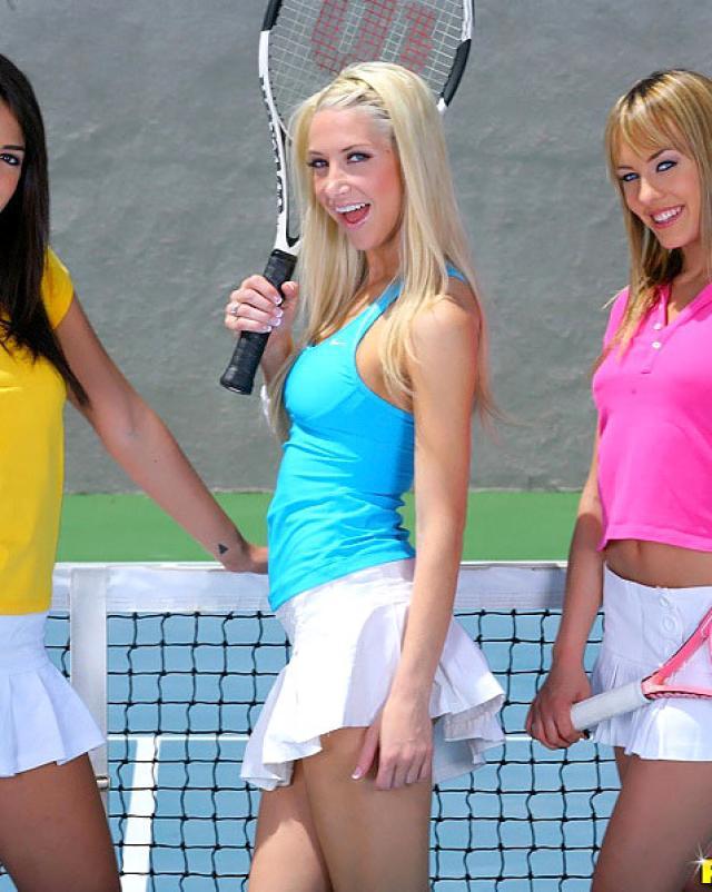 Русские лесбиянки начинают разврат на теннисном корте