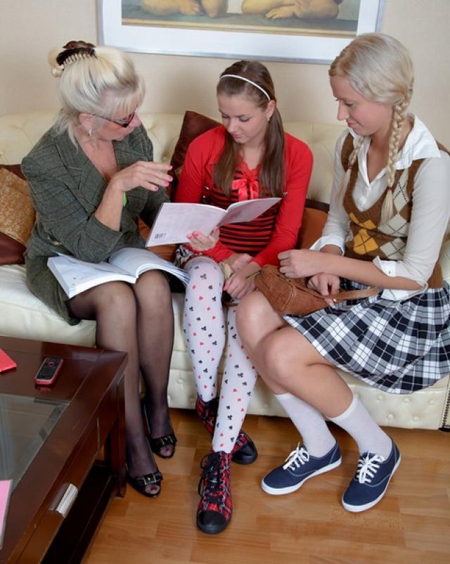 Русские лесбиянки навестили зрелую наставницу для траха с игрушками