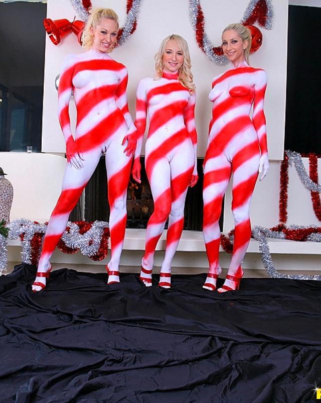 Русские лесбиянки в краске лижут друг-другу киски в групповухе