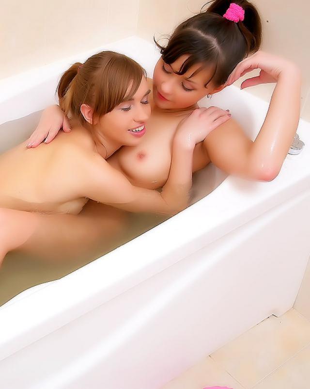 Студентки принимают ванну и трахаются