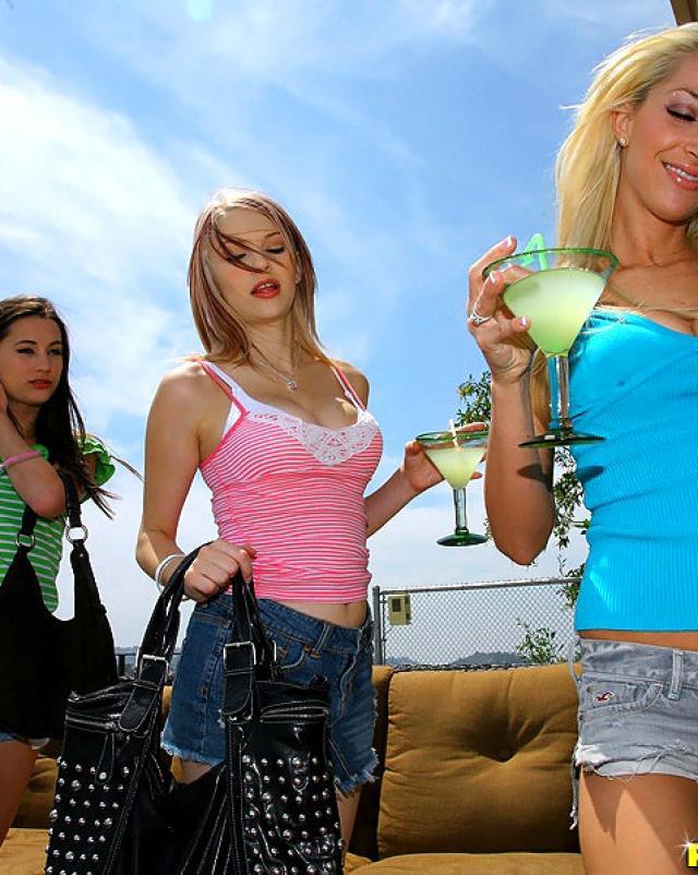 Трое русских лесбиянок трахались с вибраторами после коктейлей