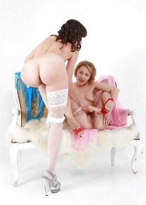 Русские лесбиянки на высоких каблуках красиво трахаются в белье