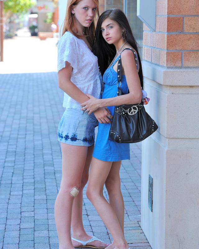 Русские лесбиянки эротично шалят на улице