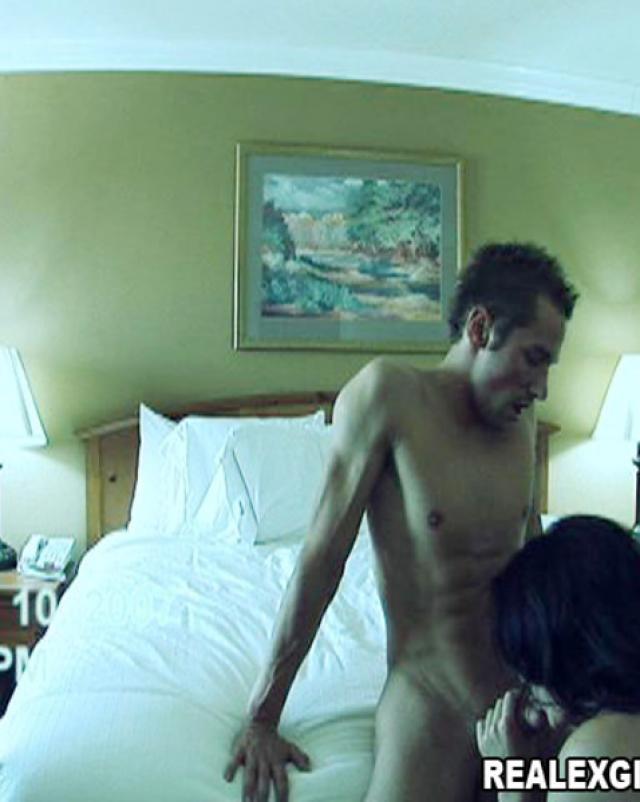 Молодая девушка на частных фото во время секса с парнем
