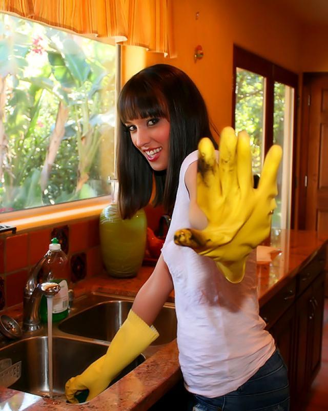 Роскошная брюнетка скачет на большом члене хозяина дома на кухне