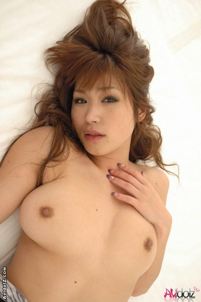 Сисястая японочка обрабатывает два висячих члена влажной киской и ртом