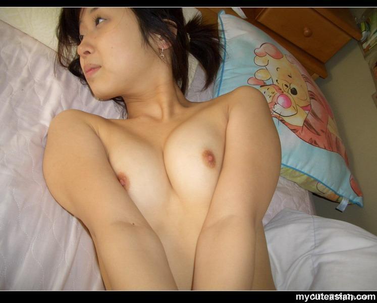 Голая японская женушка не постеснялась камеры в спальне