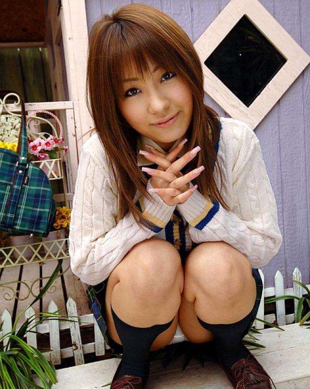 Слащавая японская студентка сняла трусики и показала письку