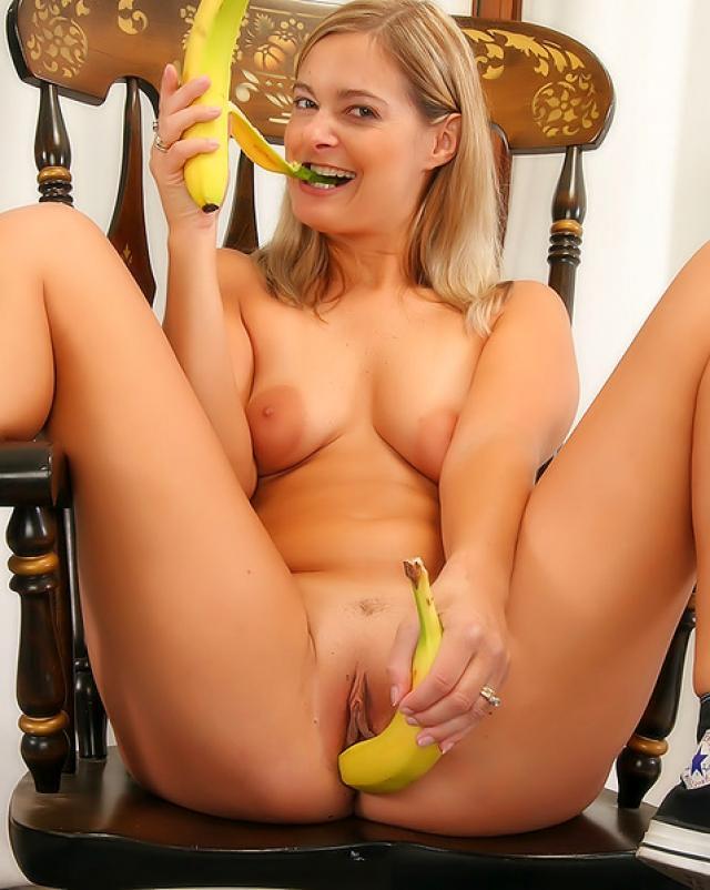 Красивая мамка вставляет бананы в свое влагалище
