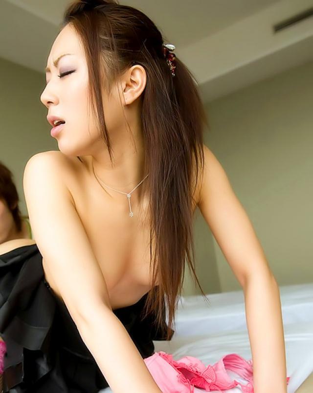 Порно азиатки в чулках на кровати с любовником