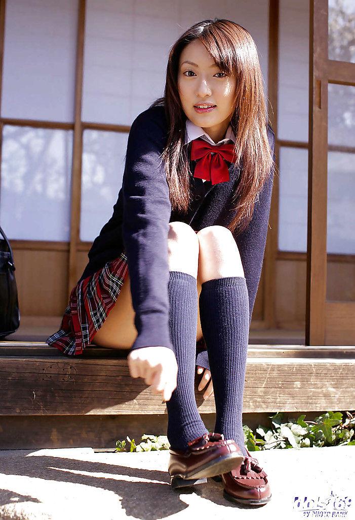 Японка трется писькой о дверной косяк